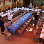 Voluntários trabalhando na festa de Natal organizada para os idosos de baixos recursos em Zacatecoluca.